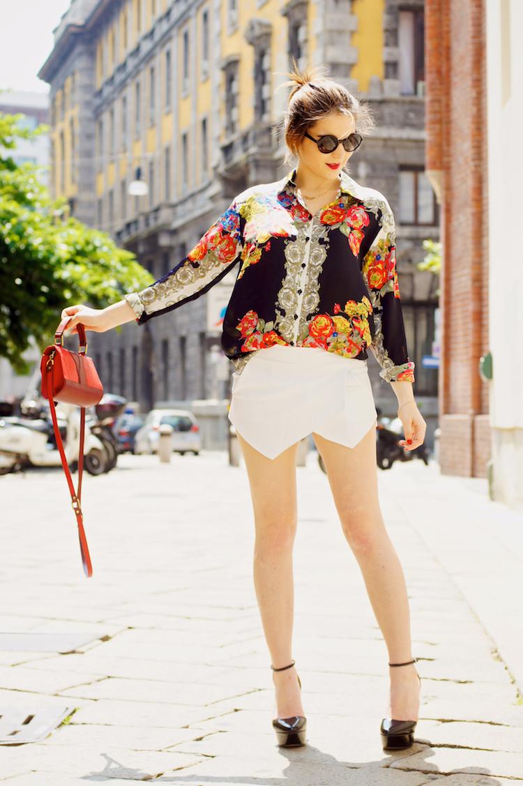 outfit per l'estate con pantaloncini bianchi tacchi e camicia colorata