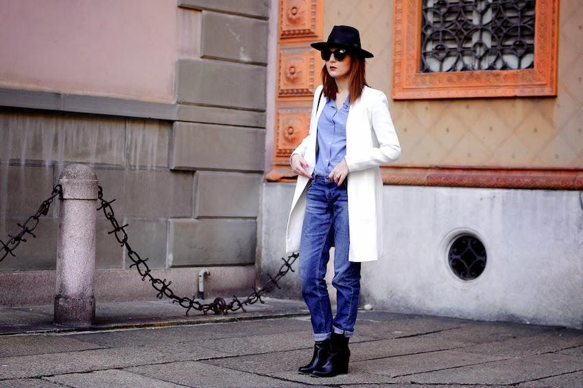 pantalone jeans boyfriend baggy e blazer bianco lungo