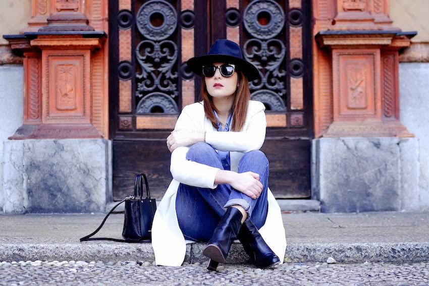 outfit con cappotto bianco e jeans